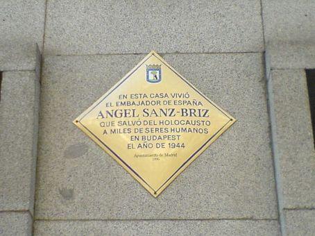 800px-Placa_en_memoria_de_Ángel_Sanz-Briz_-_20071204